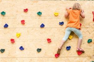 Kind an der Kletterwand